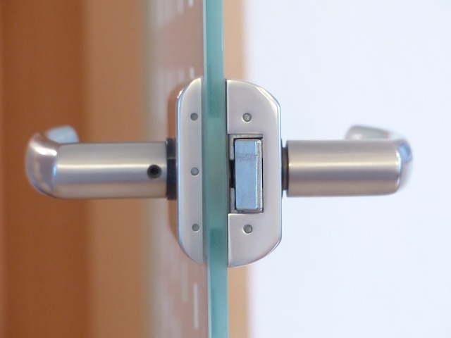 Proteger puerta con vidrieras
